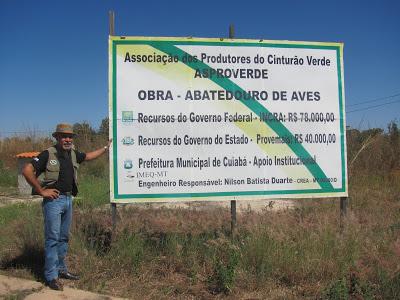 Geraldo Donizeti Lúcio ao lado de outdoor com informações sobre a construção do abatedouro. Falta só a licença ambiental