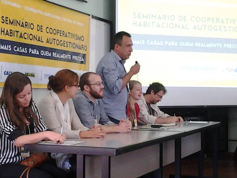 O presidente da Unisol Brasil, Arildo Mota Lopes (em pé), discursa durante o seminário