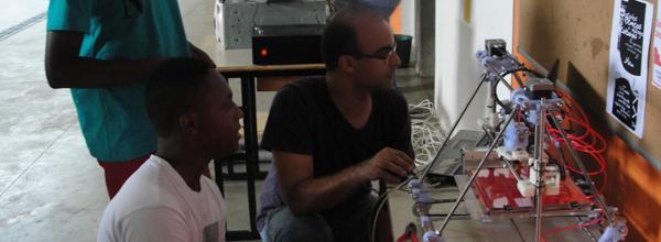 Alex Garcia, à direita, destaca que os participantes ficam surpresos ao verem o que a impressora faz