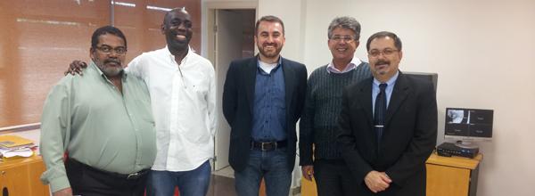 Alexandre Silva (ao centro) durante reunião com secretários da Prefeitura de Cubatão