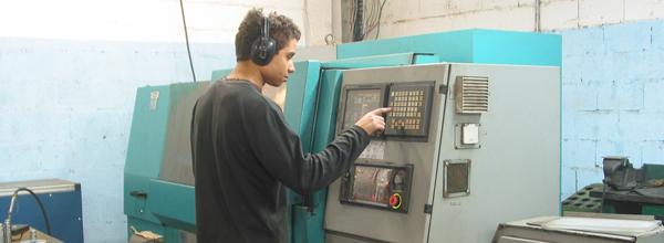 Cooperado opera máquina CNC da Unimáquinas