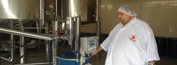 Sitonho, da Casa Apis, ao lado de modernas máquinas para processamento do mel
