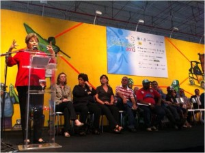 Dilma na Expocatadores 2013, quando assinou o PRONACOOP Social
