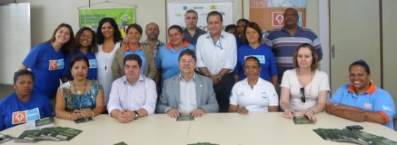 Gilson Queiroz, da Funasa, quarto da esquerda para direita (sentado) e Neli Medeiros, última à direita (sentada) durante evento de de assinatura do convênio