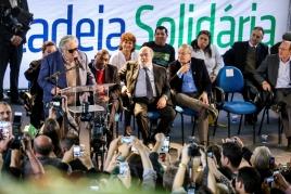 Pepe Mujica, ex-presidente do Uruguai (de óculos escuros) falando em evento da Cadeia Binacional do PET.