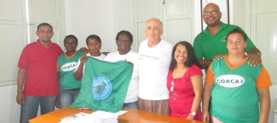 Manoel Basílio (de camisa verde) entre os cooperados da COOCA.