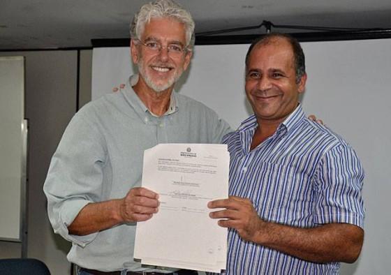 Secretário Cesar Callegari e membro da Rede Sete Barras com o contrato