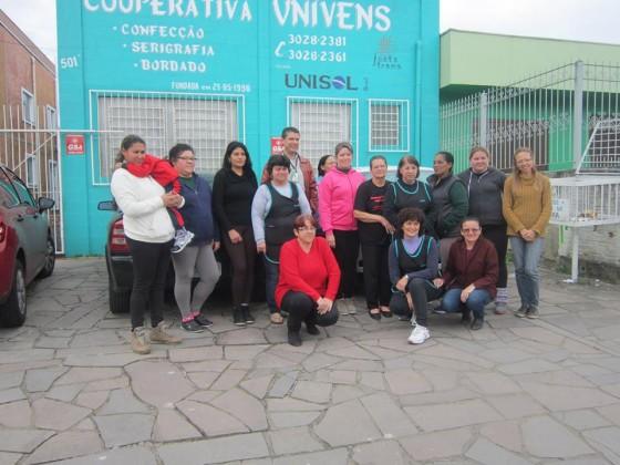 Univens e equipe em frente à sede