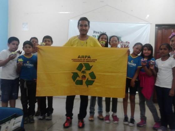 Raul Lima com crianças parte de projetos da ARPA. Crédito: ARPA.