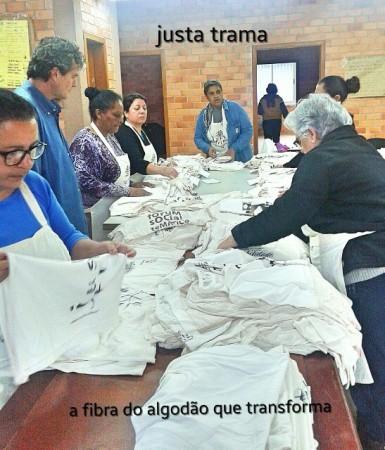 Cooperadas trabalhando com os tecidos de algodão orgânico. Crédito: Justa Trama