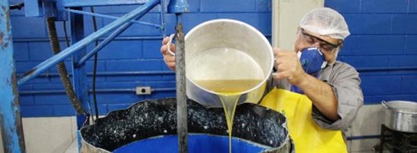 Coleta de óleo de cozinha para a Cooperselecta são ações do Sindicato dos Metalúrgicos do ABC. Foto: Paulo de Souza/SMABC